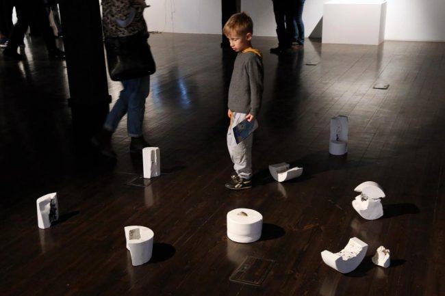 Wystawa Czarna dziura w galerii Wozownia w Turiuniu kuratorowana przez Urszulę Kluz-Knopek